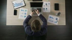 Pomyślnego biznesmena odliczający pieniądze, dochód od lukratywnego biznesu, odgórny widok zdjęcie wideo