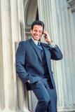 Pomyślnego wieka średniego Amerykański biznesmen opowiada na telefonie komórkowym Fotografia Stock