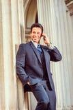 Pomyślnego wieka średniego Amerykański biznesmen opowiada na telefonie komórkowym Zdjęcie Stock