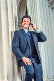 Pomyślnego wieka średniego Amerykański biznesmen opowiada na telefonie komórkowym Obrazy Royalty Free