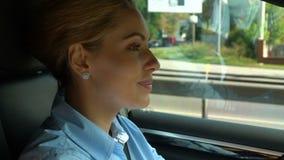 Pomyślnej kobiety napędowy samochód i ono uśmiecha się, czuć szczęśliwy po biznesowego spotkania zdjęcie wideo