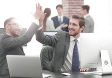 Pomyślni ludzie biznesu daje wysokości Pięć dla motywaci obraz royalty free