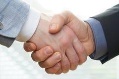 Pomyślni ludzie biznesu handshaking zamyka transakcję fotografia royalty free