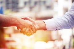 Pomyślni ludzie biznesu handshaking zamyka transakcję, biznesu drużynowy pojęcie Zdjęcie Royalty Free