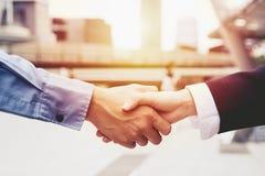 Pomyślni ludzie biznesu handshaking zamyka transakcję, biznesu partnerstwa drużynowy pojęcie Obraz Royalty Free