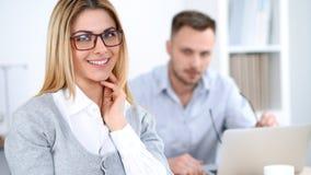 Pomyślni ludzie biznesu pracuje przy spotkaniem w biurowym tle obrazy stock