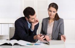 Pomyślni młodzi ludzie biznesu pracuje w drużynie Obraz Stock