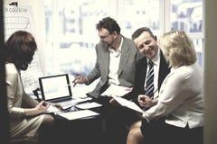 Pomyślni partnery biznesowi dyskutuje nowego kontrakt fotografia royalty free
