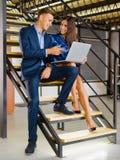 Pomyślni partnery biznesowi pracuje z laptopem w biurze pojęcia prowadzenia domu posiadanie klucza złoty sięgający niebo Obraz Royalty Free