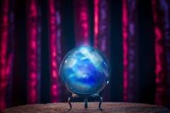 Pomyślność narratora kryształowa kula z dramatycznym oświetleniem Zdjęcie Royalty Free