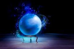 Pomyślność narratora kryształowa kula z dramatycznym oświetleniem Zdjęcia Royalty Free