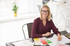 Pomyślny żeński projektant ono waha się o kolorze Zdjęcia Royalty Free
