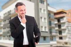Pomyślny agent nieruchomości trzyma jego portfel Zdjęcie Royalty Free