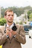 Pomyślny atrakcyjny męski fotografa być ubranym Fotografia Royalty Free