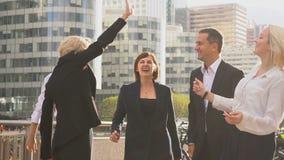 Pomyślny biznes drużyny powitanie each inny z dobrym rezultatem outside w zwolnionym tempie zdjęcie wideo