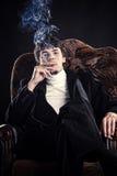 Pomyślny biznesmen dymi cygaro Zdjęcia Royalty Free