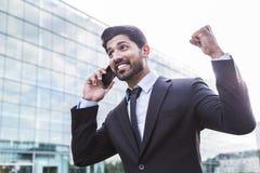 Pomyślny biznesmen lub pracownik w kostiumu z telefonem blisko budynku biurowego zdjęcia royalty free