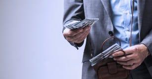 Pomyślny biznesmen pożycza ci pieniądze wolność, sukces, pieniądze obraz stock