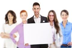 Pomyślny biznesmen prowadzi grupy z deską obrazy stock
