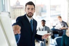 Pomyślny biznesmen Przy prezentaci spotkaniem zdjęcia stock
