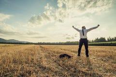 Pomyślny biznesmen stoi victoriously po środku fi Obrazy Stock