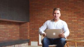 Pomyślny biznesmen używa laptop żyje izbowego ministerstwo spraw wewnętrznych w domu, fachowej męskiej pracodawcy odbiorczy dobre zbiory wideo