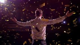 Pomyślny biznesmen z rękami up świętować jego zwycięstwo świętowaniu sukcesu Niskiego kąta widok z podnieceniem potomstwa zbiory