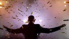 Pomyślny biznesmen z rękami up świętować jego zwycięstwo świętowaniu sukcesu Niskiego kąta widok z podnieceniem potomstwa zdjęcie wideo
