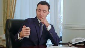 Pomyślny biznesmena brać jego smartphone i wtedy mieć kabel naziemny rozmowę telefonicza śmieszni selfies zdjęcie wideo