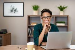 Pomyślny Biznesowej kobiety ono Uśmiecha się fotografia royalty free
