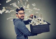 Pomyślny biznesowy mężczyzna otwiera pudełko z pieniądze lata out daleko od Obraz Stock