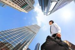 Pomyślny biznesowy mężczyzna outdoors Obok budynku biurowego Fotografia Royalty Free