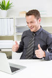 Pomyślny biznesowy mężczyzna przy biurem. Zdjęcia Royalty Free