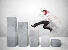 Pomyślny biznesowy mężczyzna skacze nad mapami na tle Fotografia Royalty Free