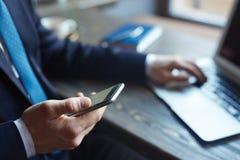 Pomyślny biznesu CEO Używa Smartphone Obrazy Stock