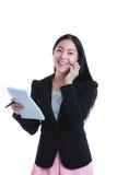 Pomyślny bizneswoman opowiada na telefonie i trzyma notatkę p Zdjęcie Royalty Free