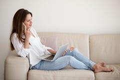 Pomyślny bizneswomanu multitasking pracuje od domu zdjęcie stock