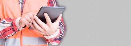 Pomyślny brygadier lub budowniczy trzyma cyfrową nowożytną pastylkę zdjęcia stock