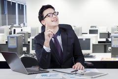 Pomyślny caucasian pracownik dostaje pomysł w biurze Fotografia Royalty Free
