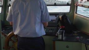 Pomyślny doświadczony żeglarz masterfully prowadzi jego statek folował kontrparę naprzód zdjęcie wideo