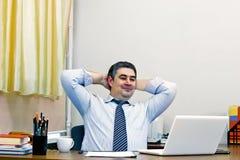 Pomyślny dojrzały męski biznesmen przy jego biurkiem Fotografia Stock