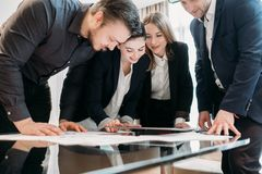 Pomyślny drużynowy biznesowych mężczyzna kobiet workspace obrazy royalty free