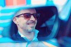Pomyślny elegancki mężczyzna w samochodzie obrazy royalty free