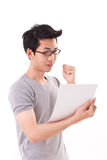 Pomyślny mądrze głupka lub fajtłapy studencki mężczyzna patrzeje dokument obrazy stock
