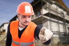 Pomyślny męski budowniczy używa imaginacyjnego ekran Zdjęcie Stock