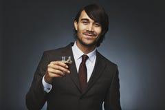Pomyślny młody biznesmen ma czarną kawę obrazy stock