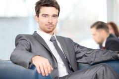 Pomyślny młody biznesowy mężczyzna zdjęcia royalty free