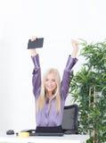 Pomyślny młody blondynka bizneswoman, zwycięstwo gest, wręcza up, ono uśmiecha się przy biurem Fotografia Stock