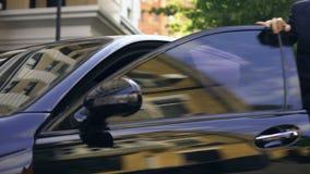 Pomyślny millennial wydostaje się drogi czarny sedan, nowy biznesowy pokolenie zbiory