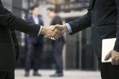 Pomyślny negocjuje biznesowy pojęcie, Zamyka w górę ręki busine zdjęcia royalty free